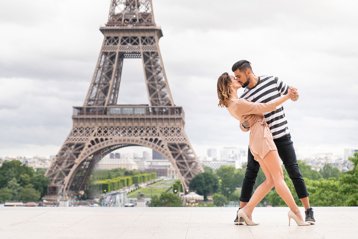 Eiffel Tower Paris engagement photos at sunrise